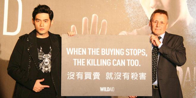 周杰倫(左)今日出席野生救援組織,希望能喚起亞洲國家對野生動物生存權的重視。(謝婷婷攝)