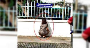 兒子進學校後仍蹲在牆外偷偷關心的母親。(翻攝網路)