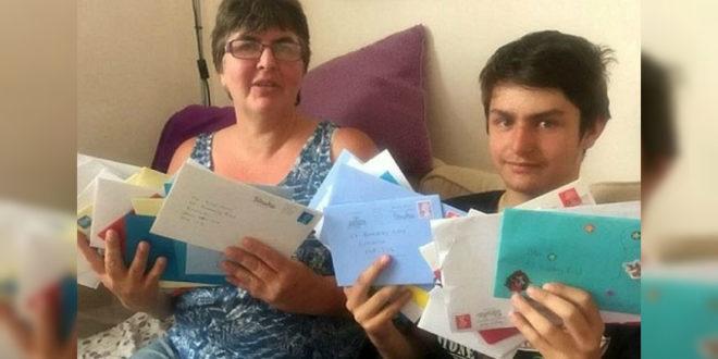 瓊斯開心的展示由世界各地的網友寄來的祝賀卡片。(翻攝每日郵報)