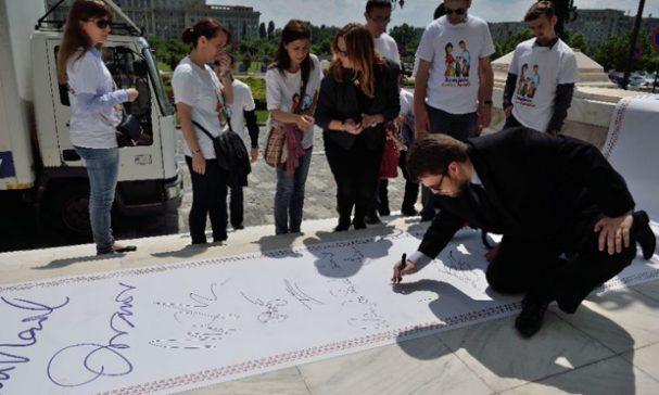 羅馬尼亞家庭組織在5月走上街頭,與人民一同響應連署。(圖片來源:yimg)