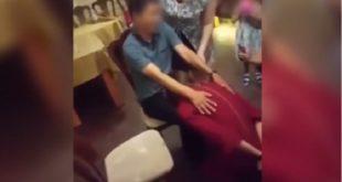 哈薩克的一場婚禮上,出現了「吃香蕉」的比賽場景,一名年輕女子拼命的吃著夾在男性兩腿中間的香蕉,動作猥褻。(圖片來源/翻攝自網路)
