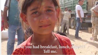 Photo of 難民女童微笑掩悲傷 伊拉克難民缺糧、缺水、睡沙漠