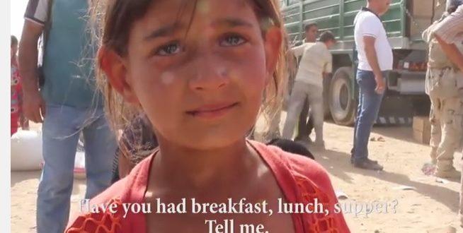 伊拉克難民女童被問到是否吃過飯時,神奇哀戚,眼淚似乎就在她的眼眶打轉著。(圖片來源/翻攝自網路)