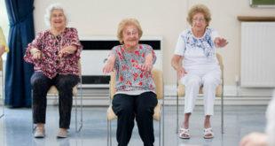 英國阿嬤米妮(圖中),已經近百歲了,還是一位健身教練。(圖片來源:http://www.dailymail.co.uk/)