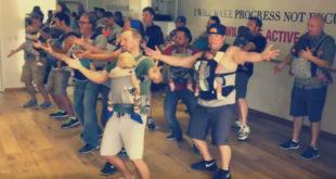 美國加州一群超級奶爸,揹著寶寶一起跳舞,模樣十分逗趣。(圖片來源:翻攝Youtube)