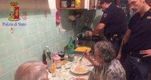 老夫妻們吃著警察為他們所煮的義大利麵。(圖片來源:Facebook/Questura di Roma)