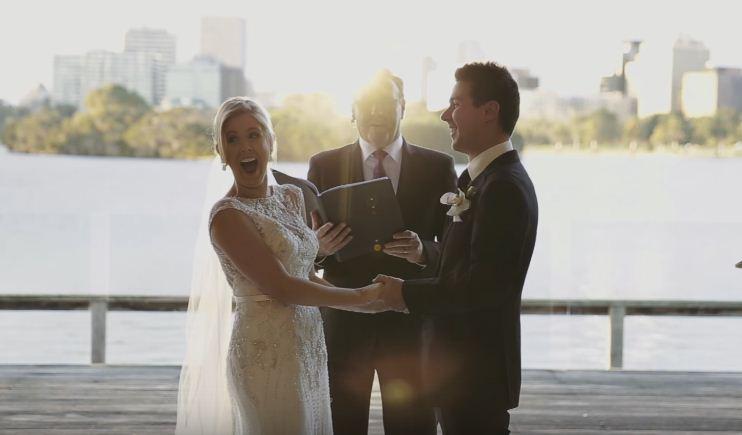 小花童母女亂入後,新娘當場笑翻。(圖片來源:翻攝Youtube)