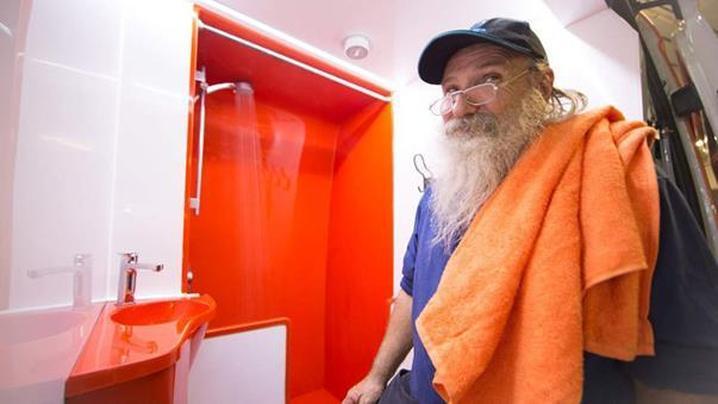 使用沖澡車服務的遊民表示非常舒適。(圖片來源:http://www.9news.com.au/)