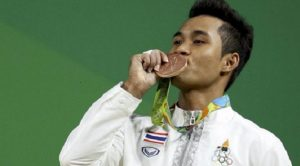 泰國22歲的舉重選手信佩,為泰國摘下首面奧運男子舉重銅牌,但其外婆卻在同天去世。(圖片來源/翻攝自網路)