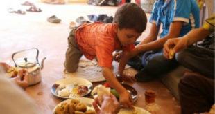 敘利亞4歲男童亞贊,出生後第一次見到甜點,開心的抓來品嘗。(圖片來源:http://stopru.org/)
