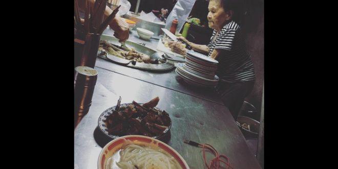 網友相約到攤上,「用新台幣讓米粉湯下架」,幫助阿婆消化被爽約的100晚米粉湯。(翻攝永和米粉湯阿婆臉書)