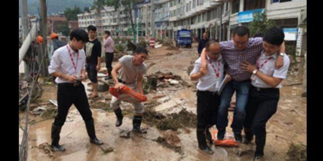 浙江省一名官員前往勘災時,居然坐「人肉轎子」,引發中國大陸網友撻伐。(翻攝微博)
