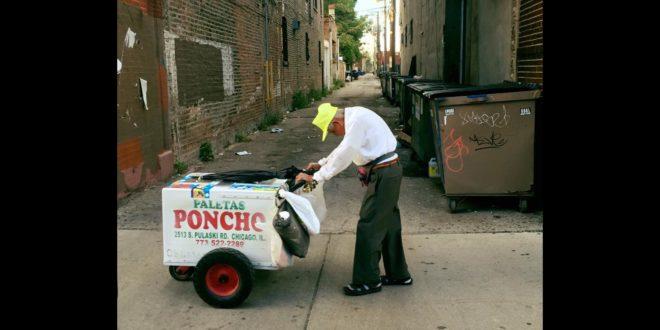 89歲的老翁桑切斯賣力推著冰棒車,駝著背做生意。(翻攝Joel Cervantes Macias臉書)