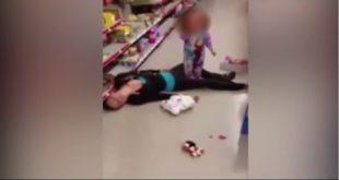 美國麻省一名母親因吸食過量毒品,昏倒在平價商店內地板上,其2歲女兒在一旁無助的哭叫。(圖片來源/翻攝自網路 )