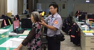 員警悉心照料走失的失智老婦人,等待家屬來接的途中,還用吹風機幫她吹乾頭髮和衣物。  圖片來源:警局提供