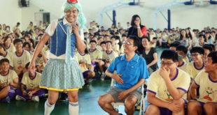 紙風車青少年反毒劇場今日來到板橋國中演出,師生們看到有趣的戲劇演出有相當熱烈的回應。(圖片來源:紙風車368兒童藝術工程粉專)