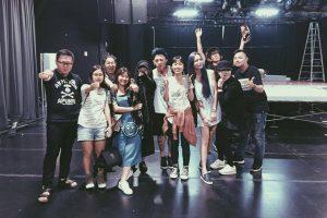 演唱會結束後謝和弦在臉書上po出與老婆及工作人員的合照。(圖片來源:謝和弦臉書)