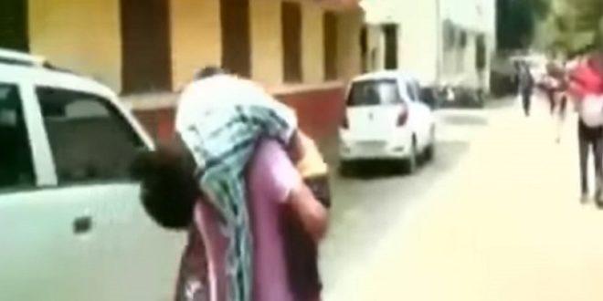 印度一名父親揹著發著高燒的兒子就醫,卻因醫院物互踢皮球,導致兒童延誤就醫死亡。(圖片來源/翻攝自網路)
