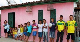 來自巴西40歲的克魯茲與妻子席爾瓦,18年來努力做人, 共生了13個兒子。(圖片來源/翻攝自網路)