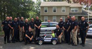 警察叔叔們合資送他一台訂製電動玩具車,令他喜出望外!(圖片來源/翻攝自網路)