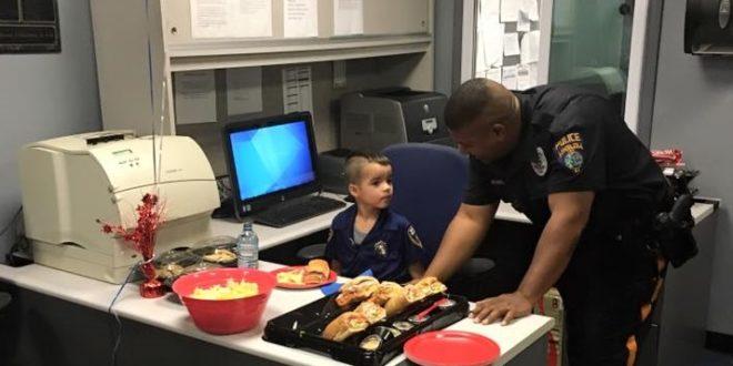 五歲的小威廉,存了五個月零用錢,請為人民安全奮鬥的警察叔叔吃中餐。(圖片來源/翻攝自網路)