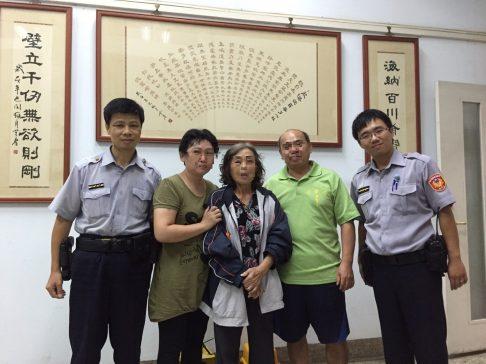 員警好心照料70歲失智老婦人,讓家屬感到非常溫馨。 圖片來源:警局提供