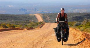 來自英國的醫師史蒂芬,從 2010 年起,開始他一個人的單車之旅,歷經 73 個國家、8.5 萬公里,他足跡深至許多人煙罕至的地方,也在旅行的過程中拯救各地病患。(圖片來源/翻攝自網路)