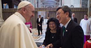 副總統陳建仁和教宗方濟各會面,方濟各說,「我會為台灣人民祈禱,也請你們為我祈禱。」  圖片來源:總統府flickr