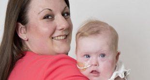 妮可拉開心的抱著她8個月大的唐氏症女兒莉莉,表示自己從沒想過要墮胎。(圖片來源/翻攝自網路)