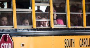 南卡羅萊納州湯斯維爾鎮一所小學發生槍擊案,警方事後用校車疏散受驚嚇的兒童。(圖片來源/翻攝自網路)