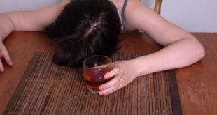 美國新款後勁極強的水果口味酒近日在中國大陸引起討論,一名女網友拍下視頻測試,結果喝下後做出一連串脫序行為。(示意圖,非當事者。圖片來源123rf)