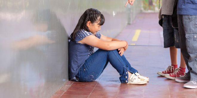日本驚傳一名女中學生受不了霸凌壓力,選擇臥軌輕生。示意圖,非當事者。(123rf)