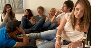 青少年吸毒的首因通常是親子關係不佳,造成他在尋求同儕認同的時候容易有偏差行為,漸漸就染上毒癮。  圖片來源:123RF