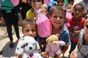 敘利亞兒童收到玩具,笑得好開心!( 圖片來源/翻攝自網路)