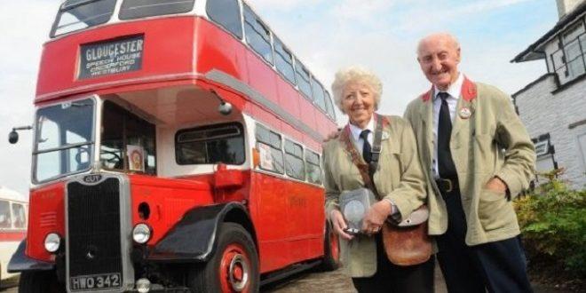 英國一位老翁送老婆上一輛雙層巴士,慶祝兩人結識60周年紀念。(圖片來源/翻攝自網路)