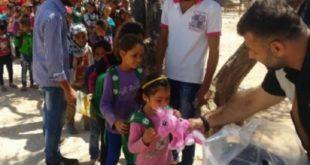 阿德汗每隔幾個月,就會將收集的玩具千里迢迢親自帶到敘利亞,送給因戰火而失去童年的敘國兒童。( 圖片來源/翻攝自網路)