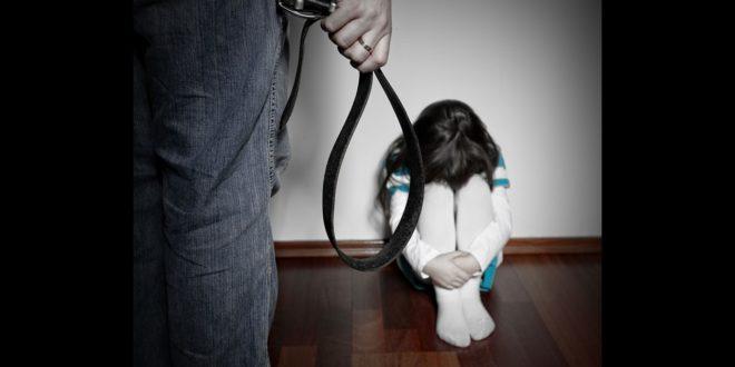 因為4歲大的女兒不乖,就遭媽媽用衣架打屁股,用針扎耳朵和手指等各種方式虐待。(示意圖)