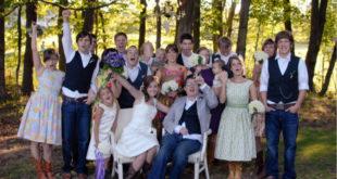 伊恩和拉瑞莎結婚當天,親友開心的替他們慶助。(圖片來源:翻攝網路)