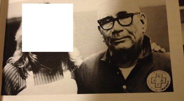美國羅得島知名寄宿名校聖喬治中學,爆出性侵醜聞,在1972年至1979年擔任體育老師的傑布斯(圖右),在任職期間至少性侵過31名女學生。(圖片來源/翻攝自網路)