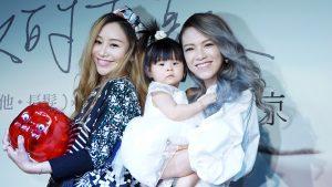 張芸京發布新專輯,好友兼老的藍又時帶著女兒前來祝賀。(圖片來源:吳宜庭攝)