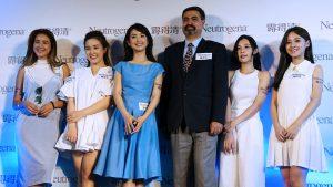 林依晨與廠商代表及多位知名部落客合影。(圖片來源:吳宜庭攝)