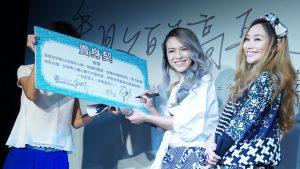 張芸京簽下給藍又時的「賣身契」,象徵未來要在音樂路上繼續合作下去。(圖片來源:吳宜庭攝)