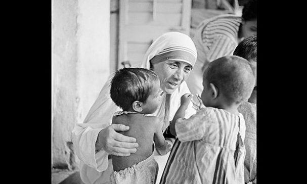 德蕾莎修女從街頭開始服務貧窮人。(圖片來源:timeinc)
