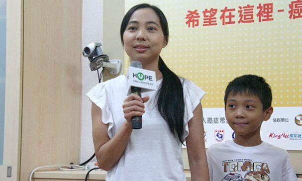 病友雅君(左)今與兒子承翰(右)分享抗癌過程。(謝婷婷攝)