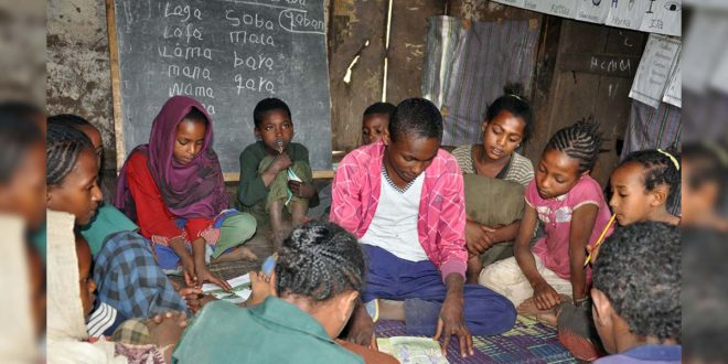 吉杜馬(中)在閱讀營協助其他兒童閱讀。他說:「我喜歡幫助其他的小朋友閱讀、寫作。」(台灣世界展望會提供)