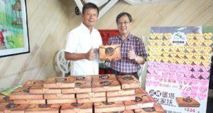 水舞事業機構執行董事游道生(左)代表捐贈300盒葡式蛋塔給南台中家扶中心,由中心主任洪健胤代表接受。(照片由南台中家扶提供)