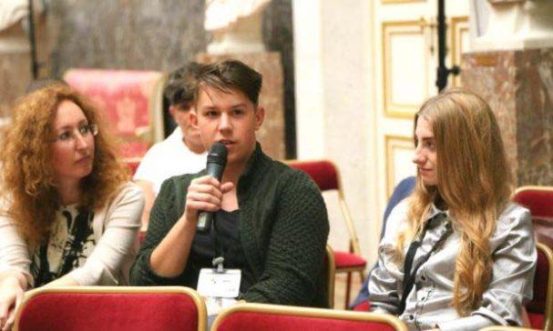 代表羅馬尼亞在國際會議發聲的17歲青年加布里耶爾(Gabriel,中)與黛安娜(Diana,右)(照片由台灣世界展望會提供)