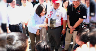 總統蔡英文與台灣世界展望會會長龔天行一同訪視臨時住在安置中心的災民。(照片由台灣世界展望會提供)