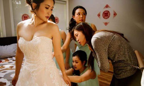 新娘喬杜的婚紗拉鏈在婚禮當天壞掉,一群伴娘陷入苦思中。(照片翻攝thestar)