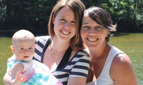 愛秋(左)與布朗(右)透過捐精生下女兒凱特絲。(照片翻攝鏡報)